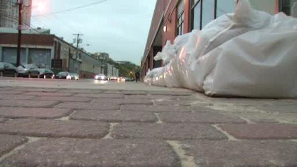 New Jersey residents try to ward off Sandy with sandbags