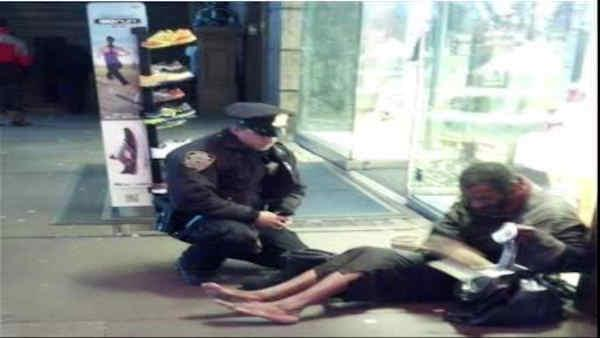 Photo goes viral of NYPD cop helping homeless man