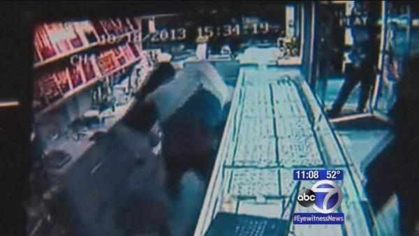 Woman fights back against jewelry store robbers