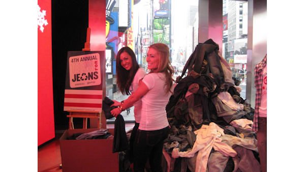 "<div class=""meta ""><span class=""caption-text "">The stars of ""The Bachelor"", ""The Bachelorette"", and ""Bachelor Pad"" took part in a clothing drive for ""Teens for Jeans"" which donates clothing to homeless teens in NYC. (WABC Photo/ Jennifer Matarese)</span></div>"