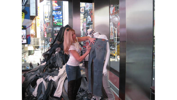The stars of &#34;The Bachelor&#34;, &#34;The Bachelorette&#34;, and &#34;Bachelor Pad&#34; took part in a clothing drive for &#34;Teens for Jeans&#34; which donates clothing to homeless teens in NYC. <span class=meta>(WABC Photo&#47; Jennifer Matarese)</span>