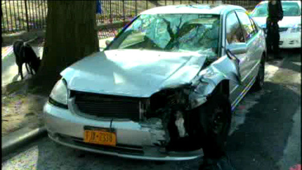 "<div class=""meta image-caption""><div class=""origin-logo origin-image ""><span></span></div><span class=""caption-text"">Police are looking for the driver of a minivan who crashed into a house in Queens.  (WABC Photo)</span></div>"