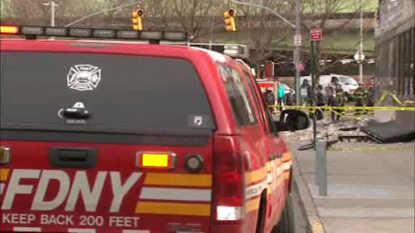 A fa?ade collapsed outside a GameStop store in Elmhurst, Queens on Thursday afternoon. <span class=meta>(WABC Photo&#47; wabc)</span>