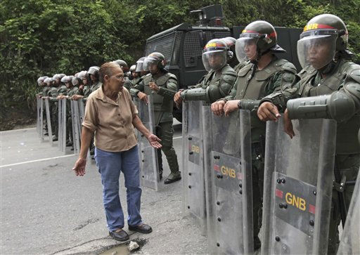 An inmate&#39;s relative argues with a national guardsman outside the El Rodeo I prison in Guatire, Venezuela, Saturday June 18, 2011. Thousands of National Guard troops stormed a Venezuelan prison Friday seeking to disarm inmates days after a bloody riot, setting off gunfights with resisting inmates that left at least two soldiers dead and more than 18 wounded. &#40;AP Photo&#47;Fernando Llano&#41; <span class=meta>(AP Photo&#47; Fernando Llano)</span>