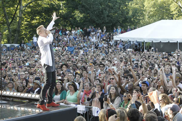 "<div class=""meta ""><span class=""caption-text "">GOOD MORNING AMERICA - Macklemore, along with Ryan Lewis, performed at the GMA Summer Concert Series in Central Park, on GOOD MORNING AMERICA, 8/16/13, airing on the ABC Television Network.   (ABC/Lou Rocco) MACKLEMORE (ABC Photo/ Lou Rocco)</span></div>"