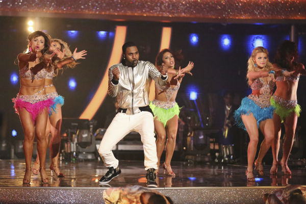 "<div class=""meta ""><span class=""caption-text "">DANCING WITH THE STARS - ""Episode 1801"" -- ""Dancing with the Stars"" premiered with a massive opening number featuring all pro dancers as they performed live with musical guest Jason Derulo. Derulo sang his mega hit song ""Talk Dirty,"" marking the first time ever a musical guest has accompanied a season's opening number, MONDAY, MARCH 17 (8:00-10:01 p.m., ET) on the ABC Television Network. (ABC/Adam Taylor) KARINA SMIRNOFF, EMMA SLATER,  JASON DERULO, CHERYL BURKE, WITNEY CARSON (Photo/Adam Taylor)</span></div>"