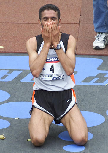 Abdelkhader El Mouaziz of Morocco, kneels on the ground after winning the 31st running of the New York City Marathon, Sunday, Nov. 5, 2000, in New York. El Mouaziz finished with a time of 2:10:09. &#40;AP Photo&#47;Suzanne Plunkett&#41; <span class=meta>(AP Photo&#47; ED BETZ)</span>