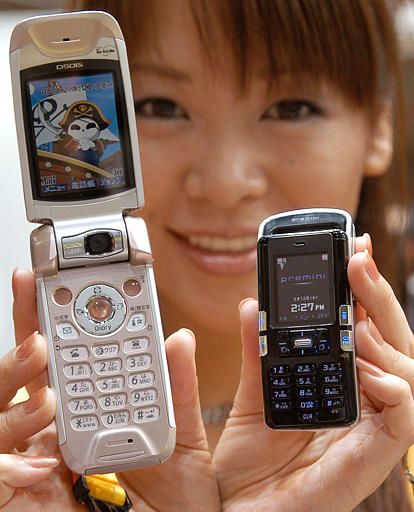 "<div class=""meta ""><span class=""caption-text "">Japan's top mobile phone operator NTT DoCoMo Inc., model Misato Tani compares Premini, right,  with a currently popular model at a business exhibition in Tokyo Wednesday, May 12, 2004.  NTT DoCoMo says the Premini is the world's smallest mobile phone capable of displaying Internet pages on its screen, The 69-gram (2.4-ounce)  handset, which will hit the market this summer, measures 1.9-centimeter (0.74-inch)  in thickness, nine-cm (3.54-inch)  in length and 3.9-cm (1.54-inch) in width. (AP Photo/Katsumi Kasahara) (AP Photo/ KATSUMI KASAHARA)</span></div>"