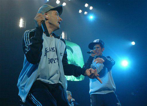 """<div class=""""meta """"><span class=""""caption-text """">Adam Horovitz, genannt  """"Ad-Rock"""", links,  Mike Diamond, genannt """"Mike D."""", rechts, und Adam Yauch, genannt """"MCA"""", Hintergrund Mitte, von der New Yorker Rap-Gruppe Beastie Boys waehrend ihres Auftrittes in der Max-Schmeling-Halle in Berlin am Donnerstag, 9. Dezember 2004. (AP Photo/Markus Schreiber) ---New York rappers the Beastie Boys, Adam Horovitz, aka Ad-Rock, left, Mike Diamond, aka Mike D., right, and Adam Yauch, who goes by MCA, rear, perform at the Max-Schmeling-Hall  in Berlin on Thursday, Dez. 9, 2004. (AP Photo/Markus Schreiber) (AP Photo/ MARKUS SCHREIBER)</span></div>"""