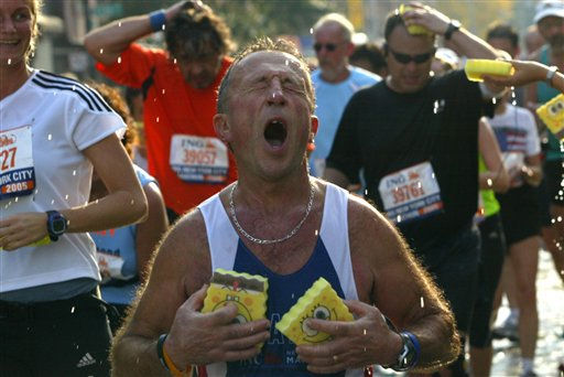 Runners receive sponges on the course of the New York City Marathon in New York Sunday, Nov.6, 2005.  &#40;AP Photo&#47;Shiho Fukada&#41; <span class=meta>(AP Photo&#47; SHIHO FUKADA)</span>