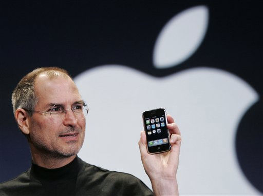 ** FILE ** Apple CEO Steve Jobs holds up an Apple iPhone at the MacWorld Conference in San Francisco, in this Jan. 9, 2007 file photo. &#40;AP Photo&#47;Paul Sakuma, File&#41; ** zu unserem KORR. APD7270 ** <span class=meta>(AP Photo&#47; Paul Sakuma)</span>