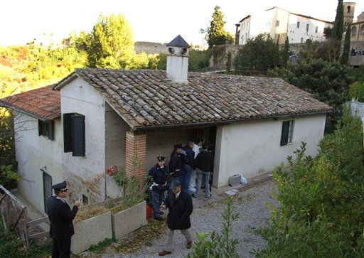 "<div class=""meta image-caption""><div class=""origin-logo origin-image ""><span></span></div><span class=""caption-text"">FILE - In this Nov. 7, 2007 file photo, police officers inspect the house where British student Meredith Kercher was killed, in Perugia, Italy. (AP Photo/Stefano Medici, files) (AP Photo/ STEFANO MEDICI)</span></div>"