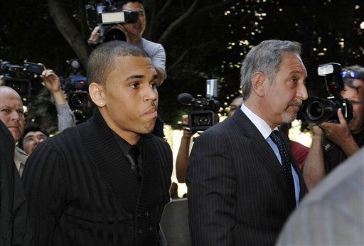 "<div class=""meta ""><span class=""caption-text "">Chris Brown, left, and attorney Mark Geragos arrive for his arraignment on felony charges of assault and making criminal threats, at the Criminal Courts Building in Los Angeles, Monday, April 6, 2009.  (AP Photo/Chris Pizzello) (AP Photo/ Chris Pizzello)</span></div>"