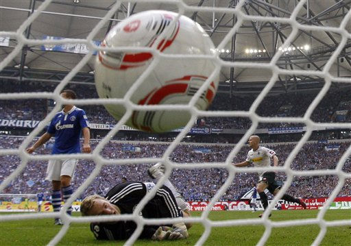 Schalke goalkeeper Manuel Neuer, center, receives a goal by Moenchengladbach&#39;s Michael Bradley of the U.S., right, during the German first division Bundesliga soccer match between Schalke 04 and VfL Borussia Moenchengladbach in Gelsenkirchen, Germany, Saturday, Sept. 25, 2010. &#40;AP Photo&#47;Frank Augstein&#41; ** NO MOBILE USE UNTIL 2 HOURS AFTER THE MATCH, WEBSITE USERS ARE OBLIGED TO COMPLY WITH DFL-RESTRICTIONS, SEE INSTRUCTIONS FOR DETAILS ** <span class=meta>(AP Photo&#47; Frank Augstein)</span>
