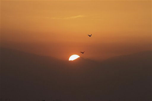 "<div class=""meta ""><span class=""caption-text "">Birds fly at sunset above the Dal Lake in Srinagar, India, Monday, Oct. 25, 2010. (AP Photo/Mukhtar Khan) (AP Photo/ Mukhtar Khan)</span></div>"