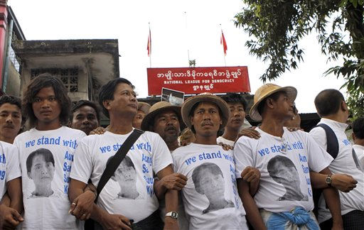"<div class=""meta ""><span class=""caption-text "">Supporters of Myanmar's pro-democracy leader Aung San Suu Kyi join arms as they gather outside her National League for Democracy (NLD) headquarters in Yangon, Myanmar, Friday, Nov. 12, 2010. An ally of Suu Kyi said an order for her release has been signed by Myanmar's ruling generals, as hundreds of supporters gathered Friday at her political party headquarters and near her residence in anticipation. (AP Photo/Khin Maung Win) (AP Photo/ Khin Maung Win)</span></div>"
