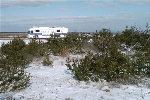"<div class=""meta ""><span class=""caption-text "">Suffolk County Police conduct a search, Tuesday, Dec. 14, 2010, along a beachfront road in Babylon, N.Y., where four bodies were found during a hunt for a missing New Jersey woman. Police say three of the badly decomposed bodies were found Monday alongside Ocean Parkway, following the discovery of skeletal remains on Saturday. (AP Photo/Frank Eltman) (AP Photo/ Frank Eltman)</span></div>"