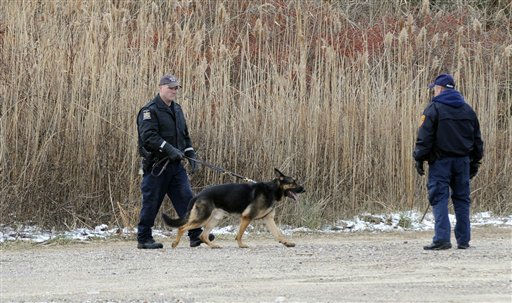 K-9 unit police use a cadaver dog to search an area in Oak Beach, Thursday, Dec. 16, 2010, on New York&#39;s Long Island, as authorities continue scouring a 10-mile stretch of beach access road where four bodies were discovered this week. &#40;AP Photo&#47;Louis Lanzano&#41; <span class=meta>(AP Photo&#47; Louis Lanzano)</span>
