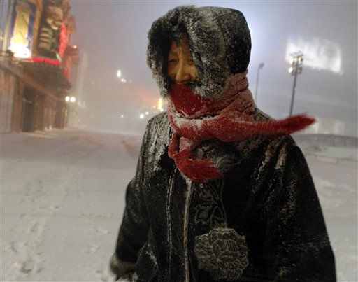 Amy Sherna is bundled against the cold wind and blowing snow as she walks home along The Boardwalk in Atlantic City, Sunday, Dec. 26, 2010, &#40;AP Photo&#47;Mel Evans&#41; <span class=meta>(AP Photo&#47; Mel Evans)</span>