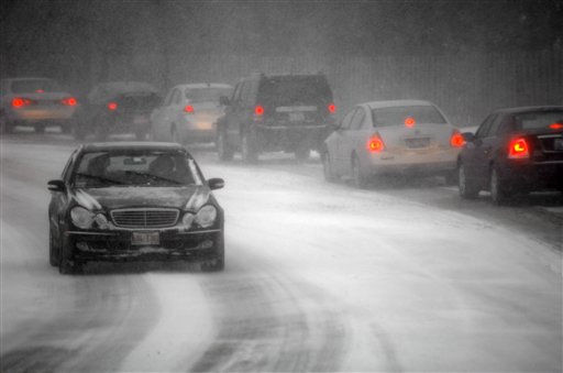 Visibility was low and traffic was slower than usual at 3:45 p.m., Tuesday, Feb. 2, 2011 on the Kates Rd. overpass between Waukegan and Lake Cook Rds. in Deerfield, Ill., 25 miles north of downtown Chicago.  One driver breaks a cardinal rule of the road in not driving with headlights on in wet conditions. &#40;AP Photo&#47;Steve Handwerker&#41; <span class=meta>(AP Photo&#47; Steve Handwerker)</span>