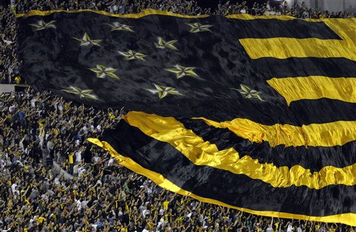 Fans of Uruguay&#39;s Penarol hold their team&#39;s flag at a Copa Libertadores soccer match with Argentina&#39;s Independiente in Montevideo, Uruguay,Tuesday April 12, 2011. &#40;AP Photo&#47;Matilde Campodonico&#41; <span class=meta>(AP Photo&#47; Matilde Campodonico)</span>