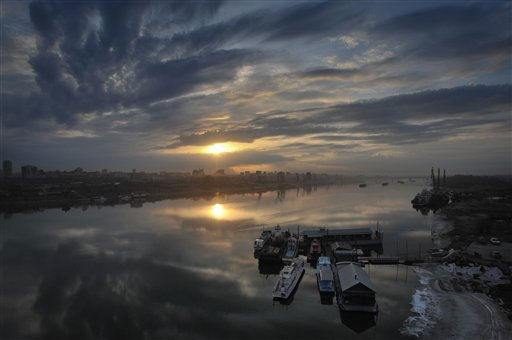 The sun rises over the Ob River in the early morning, near the city of Novosibirsk, about 2,800 kilometers &#40;1,750 miles&#41; east of Moscow, Wednesday April 13, 2011. &#40;AP Photo&#47;Ilnar Salakhiev&#41; <span class=meta>(AP Photo&#47; ILNAR SALAKHIEV)</span>