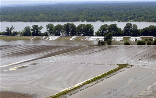 "<div class=""meta ""><span class=""caption-text "">Crops and homes along the levee have started to flood, as the water starts topping over the broken levee in Lake Providence, La. on Thursday, May 12, 2011.(AP Photo/Kita Wright) (AP Photo/ Kita Wright)</span></div>"
