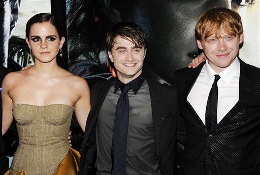 "<div class=""meta ""><span class=""caption-text "">Cast members, from left, Emma Watson, Daniel Radcliffe and Rupert Grint pose together at the premiere of 'Harry Potter and the Deathly Hallows Part 2' at Avery Fisher Hall on Monday, July 11, 2011 in New York. (AP Photo/Evan Agostini) (AP Photo/ Evan Agostini)</span></div>"