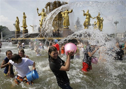 "<div class=""meta ""><span class=""caption-text "">People cool themselves in a fountain ""Friendship of Peoples"" at the Exhibition Center in Moscow, Russia, Sunday, July 24, 2011. Temperatures rose to 31 Celsius (88 Fahrenheit) in Moscow. (AP Photo/ Alexander Zemlianichenko Jr) (AP Photo/ Alexander Zemlianichenko Jr)</span></div>"
