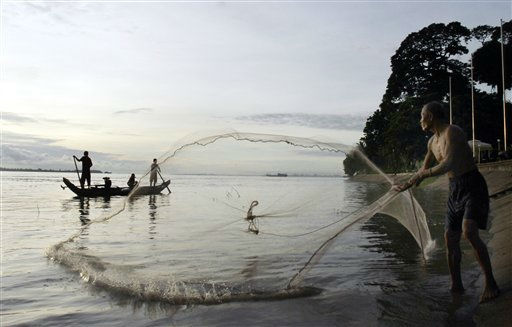 A fisherman casts his fishing net on the shore of the Tonle Sap river in Phnom Penh, Cambodia, Monday, Aug. 15, 2011. &#40;AP Photo&#47;Heng Sinith&#41; <span class=meta>(AP Photo&#47; Heng Sinith)</span>