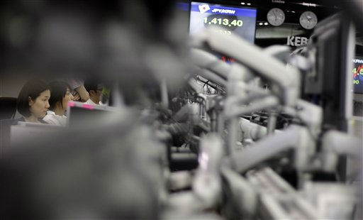 Currency traders work at the foreign exchange dealing room of the Korea Exchange Bank headquarters in Seoul, South Korea, Monday, Aug. 22, 2011. &#40;AP Photo&#47;Lee Jin-man&#41; <span class=meta>(AP Photo&#47; Lee Jin-man)</span>