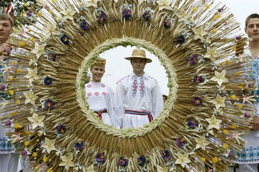 People wearing Belarusian national dress carry a huge wreath during a national festival marking the end of harvest collection in the town of Molodechno, 70 km &#40;46 miles&#41; north-west of Minsk, Belarus, Friday, Sept. 30, 2011. &#40;AP Photo&#47;Sergei Grits&#41; <span class=meta>(AP Photo&#47; Sergei Grits)</span>