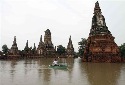 A man rows his boat past Chaiwattanaram temple which was hit by flood in Ayuttaha province, central Thailand Tuesday, Oct. 4, 2011. The Thai government said heavy floods in the country have killed at lease 206 people since August. &#40;AP Photo&#41; <span class=meta>(AP Photo&#47; Str)</span>