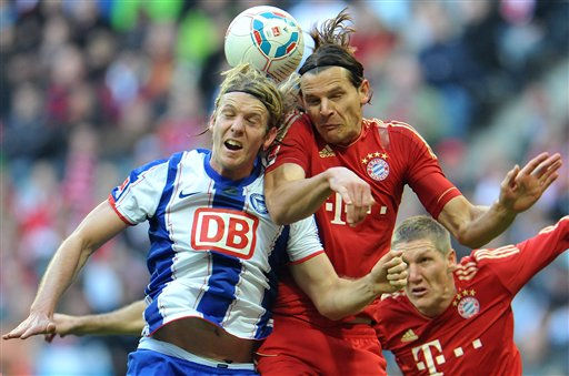 Munich&#39;s Daniel Van Buyten of Belgium, right, and Berlin&#39;s Peter Niemeyer challenge for the ball during the German first division Bundesliga soccer match between FC Bayern Munich and Hertha BSC Berlin in  southern Germany, Saturday, Oct. 15 , 2011. &#40;AP Photo&#47;Kerstin Joensson&#41; - NO MOBILE USE UNTIL 2 HOURS AFTER THE MATCH, WEBSITE USERS ARE OBLIGED TO COMPLY WITH DFL-RESTRICTIONS, SEE INSTRUCTIONS FOR DETAILS - <span class=meta>(AP Photo&#47; Kerstin Joensson)</span>
