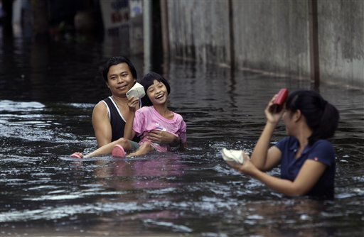 A father carries his daughter after receiving food donations from the Poh Teck Tung foundation in a floods area at Phisi Charoen district in Bangkok, Thailand, Thursday, Nov. 3, 2011. &#40;AP Photo&#47;Sakchai Lalit&#41; <span class=meta>(AP Photo&#47; Sakchai Lalit)</span>