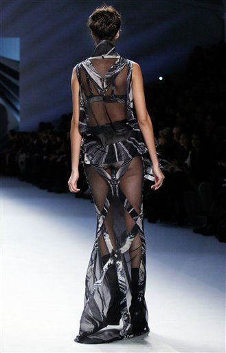 "<div class=""meta ""><span class=""caption-text "">The Vera Wang Fall 2012 collection is modeled during Fashion Week, in New York,  Tuesday, Feb. 14, 2012. (AP Photo/Richard Drew) (AP Photo/ Richard Drew)</span></div>"