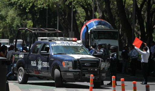 Federal Police block off a street along Avenida Reforma after an earthquake was felt in Mexico City, Tuesday March 20, 2012.  A strong, long earthquake with epicenter in Guerrero state shook central southern Mexico on Tuesday, swaying buildings in Mexico City and sending frightened workers and residents into the streets. &#40;AP Photo&#47;Alexandre Meneghini&#41; <span class=meta>(AP Photo&#47; Alexandre Meneghini)</span>