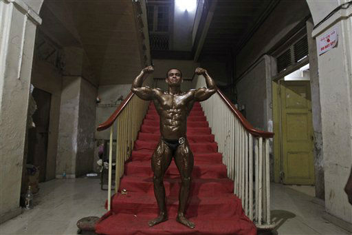 An Indian body builder flexes his muscles as he poses for a photograph before going to stage during the Mumbai Body Building competition in Mumbai, India, Wednesday, April 11, 2012. &#40;AP Photo&#47;Rafiq Maqbool&#41; <span class=meta>(AP Photo&#47; Rafiq Maqbool)</span>