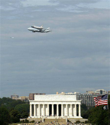 The Space Shuttle Discovery, mounted on the Shuttle Carrier Aircraft, flies over the Lincoln Memorial in Washington, Tuesday, April 17, 2012. Discovery is en route from Kennedy Space Center to the Smithsonian National Air and Space Museum Udvar/Hazy Center at Dulles International Airport. (AP Photo/Ann Heisenfelt)Image 33 of 60