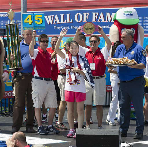 "<div class=""meta image-caption""><div class=""origin-logo origin-image ""><span></span></div><span class=""caption-text"">Sonya ""The Black Widow"" Thomas accepts her trophy after she wins  Nathan's Famous Women's Hot Dog Eating World Championship, Wednesday, July 4, 2012, at Coney Island, in the Brooklyn borough of New York.  Thomas beat her own record by gobbling down 45 hot dogs and buns in 10 minutes to win the women's competition at the annual Coney Island contest.  (AP Photo/John Minchillo) (AP Photo/ John Minchillo)</span></div>"