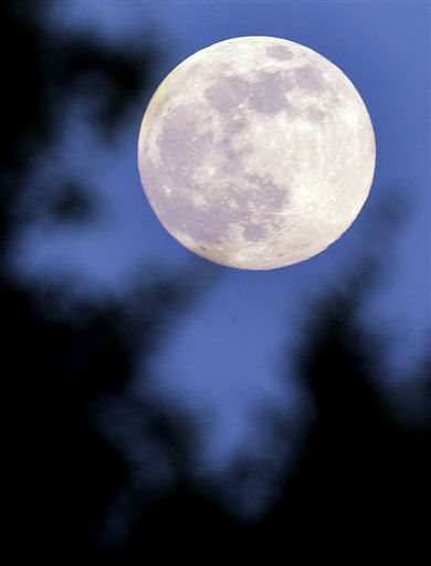 "<div class=""meta ""><span class=""caption-text "">A ""supermoon"" rises in Prattville, Ala., Saturday, June 22, 2013. The biggest and brightest full moon of the year graces the sky early Sunday as our celestial neighbor swings closer to Earth than usual. While the moon will appear 14 percent larger than normal, sky watchers won't be able to notice the difference with the naked eye. Still, astronomers say it's worth looking up and appreciating the cosmos. (AP Photo/Dave Martin) (AP Photo/ Dave Martin)</span></div>"