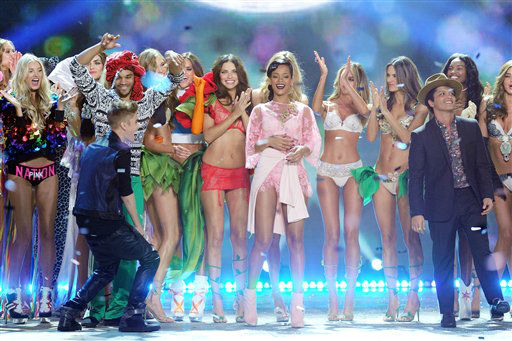 Singers Justin Bieber, Rihanna and Bruno Mars celebrate during the finale of the 2012 Victoria&#39;s Secret Fashion Show on Wednesday Nov. 7, 2012 in New York. The show will be Broadcast on Tuesday, Dec. 4 &#40;10:00 PM, ET&#47;PT&#41; on CBS. &#40;Photo by Evan Agostini&#47;Invision&#47;AP&#41; <span class=meta>(Photo&#47;Evan Agostini)</span>