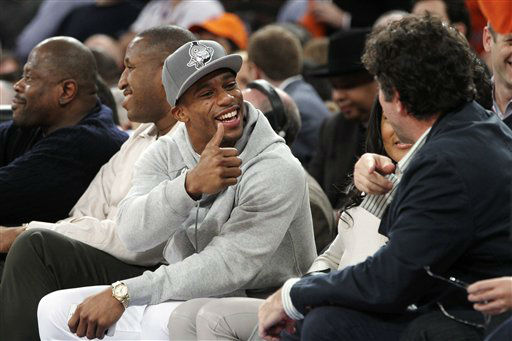 New York Giants&#39; Victor Cruz gestures while speaking to a fan during the first half of an NBA basketball game between the New York Knicks and the Brooklyn Nets, Wednesday, Dec. 19, 2012, at Madison Square Garden in New York. The Knicks won 100-86. &#40;AP Photo&#47;Mary Altaffer&#41; <span class=meta>(AP Photo&#47; Mary Altaffer)</span>