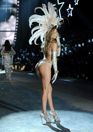 Model Doutzen Kroes walks the runway during the 2012 Victoria&#39;s Secret Fashion Show on Wednesday Nov. 7, 2012 in New York. The show will be Broadcast on Tuesday, Dec. 4 &#40;10:00 PM, ET&#47;PT&#41; on CBS. &#40;Photo by Evan Agostini&#47;Invision&#47;AP&#41; <span class=meta>(Photo&#47;Evan Agostini)</span>