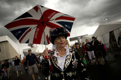 Visitors arrive at the Olympic Park during the 2012 Summer Olympics, Sunday, July 29, 2012, in London. (AP Photo/Emilio Morenatti)
