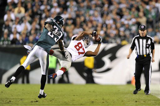 New York Giants wide receiver Domenik Hixon, right, makes a catch against Philadelphia Eagles cornerback Dominique Rodgers-Cromartie during the first half of an NFL football game Sunday, Sept. 30, 2012, in Philadelphia. &#40;AP Photo&#47;Michael Perez&#41; <span class=meta>(AP Photo&#47; Michael Perez)</span>