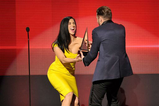 "Sarah Silverman presents the award for favorite album - soul/R&B to Justin Timberlake for ""The 20/20 Experience"" at the American Music Awards at the Nokia Theatre L.A. Live on Sunday, Nov. 24, 2013, in Los Angeles. (Photo by John Shearer/Invision/AP)"
