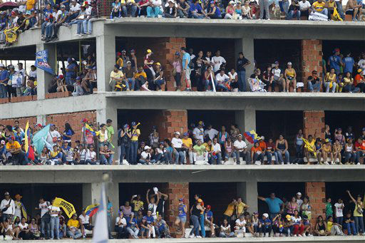 Supporters stand on a building in construction during a campaign rally of opposition presidential candidate Henrique Capriles at Bolivar Avenue in Caracas, Venezuela, Sunday, April 7, 2013. Capriles is running against ruling party candidate Nicolas Maduro in next weekend&#39;s presidential election.&#40;AP Photo&#47;Ariana Cubillos&#41; <span class=meta>(AP Photo&#47; Ariana Cubillos)</span>