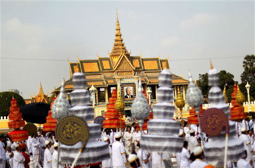 "<div class=""meta image-caption""><div class=""origin-logo origin-image ""><span></span></div><span class=""caption-text"">The funeral procession of the late former Cambodian King Norodom Sihanouk leaves the Royal Palace in Phnom Penh, Friday, Feb. 1, 2013. Thousands of mourners accompanied the gilded chariot carrying the body of former King Sihanouk - the dominant figure of modern Cambodia - in the funeral procession Friday to a cremation ground next to the palace where he was crowned more than 70 years ago. (AP Photo/Wong Maye-E) (AP Photo/ Wong Maye-E)</span></div>"