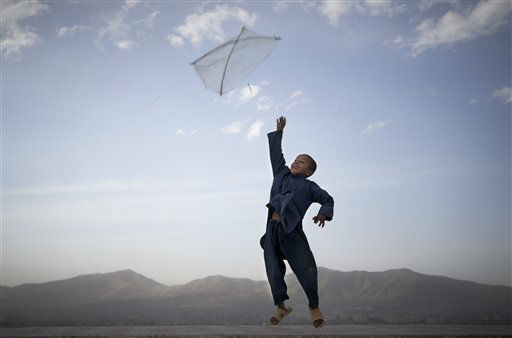 An Afghan boy flies his kite on a hill overlooking Kabul, Afghanistan, May 13, 2013. Banned during the Taliban regime, kite flying is once again the main recreational escape for Afghan boys and some men. &#40;AP Photo&#47;Anja Niedringhaus&#41; <span class=meta>(AP Photo&#47; Anja Niedringhaus)</span>